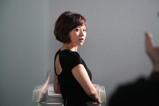 闫妮饰演公司白领