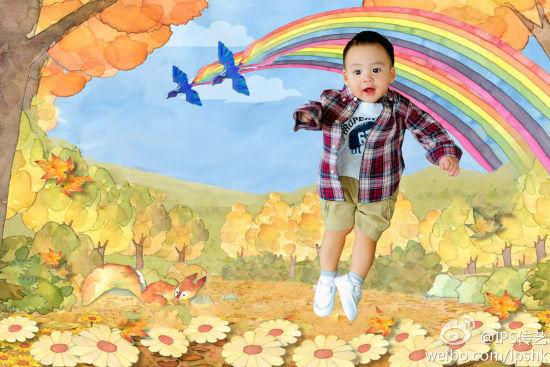 可爱宝宝的漂浮照
