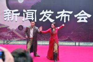 昨日,赵文卓与杨幂比划亮相。
