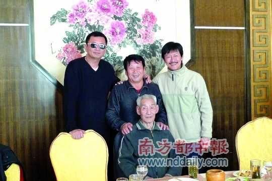 王家卫访民间武林宗师(左起:王家卫、王世泉、陈勋奇,前排杨桐,已故)