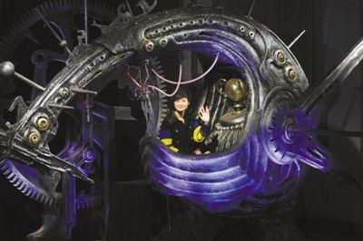 """李宇春坐着充满科幻元素的""""未来血滴子""""出场。"""