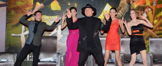 """成龙带新片《十二生肖》来沪宣传,在发布会现场带领众主创跳起了""""二字舞""""。"""