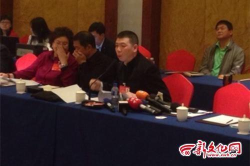冯小刚委员带着发言稿,但经常脱稿 新文化报特派北京记者 邢程 摄