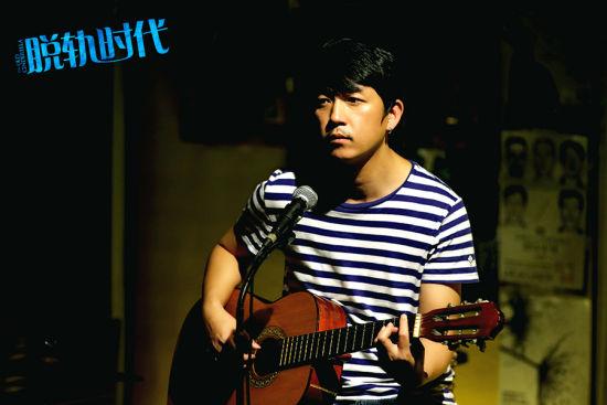 潘粤明抱吉他唱情歌