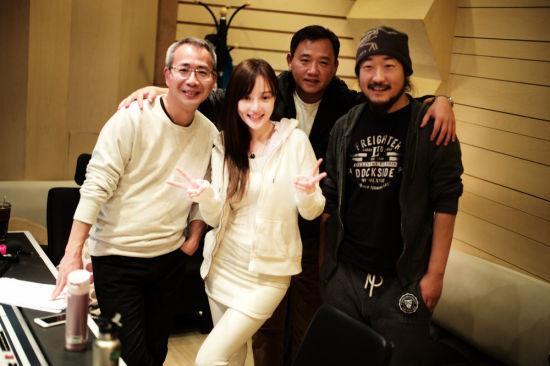 李小璐与导演工作团队合影