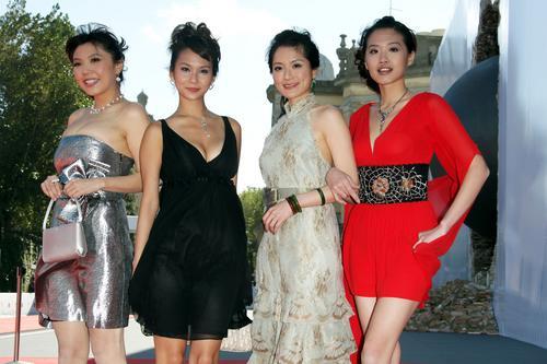 组图:女F4参加首映礼三色低胸短裙秀美腿