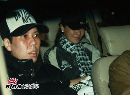图文:刘嘉玲和友人用餐-刘嘉玲面色绯红