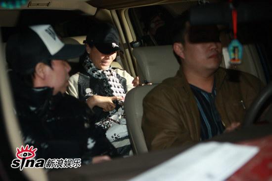 图文:刘嘉玲和友人用餐-刘嘉玲收拾皮包