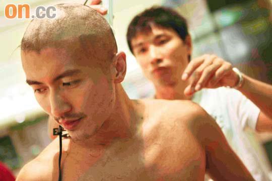 谢霆锋为《线人》做造型亲自执刀剃光头(组图)