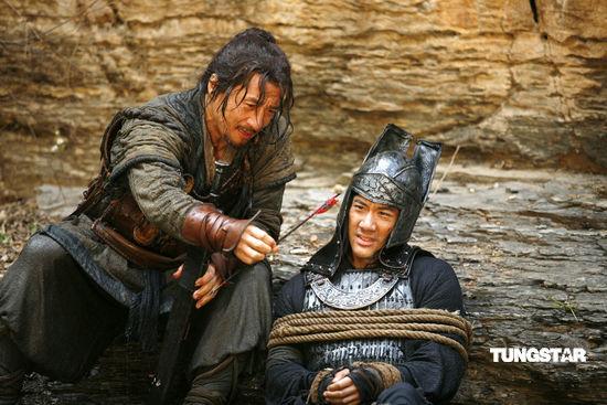 组图:《大兵小将》成龙王力宏被绑浸水又挨冻