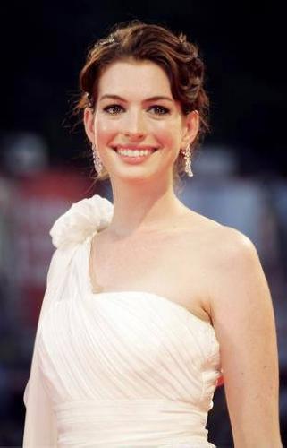 安妮-海瑟薇出演《爱丽丝梦游仙境》变皇后(图)
