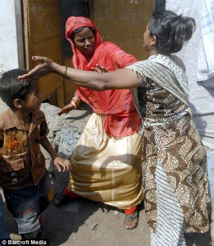 《贫民富翁》童星生母与继母当街打架(图)