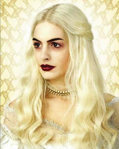 安妮-海瑟薇《爱丽丝梦游仙境》化身白发皇后