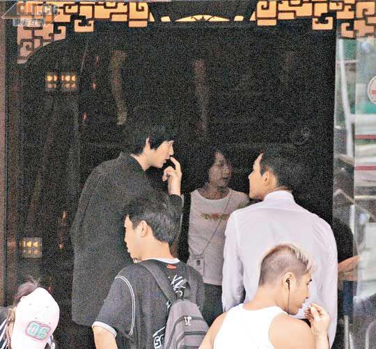 金秀炫在众目睽睽之下挖鼻孔。
