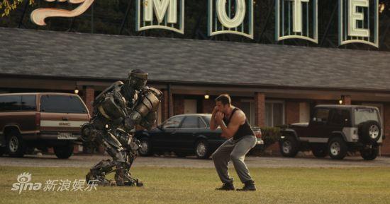 剧照:休-杰克曼指导机器人打拳