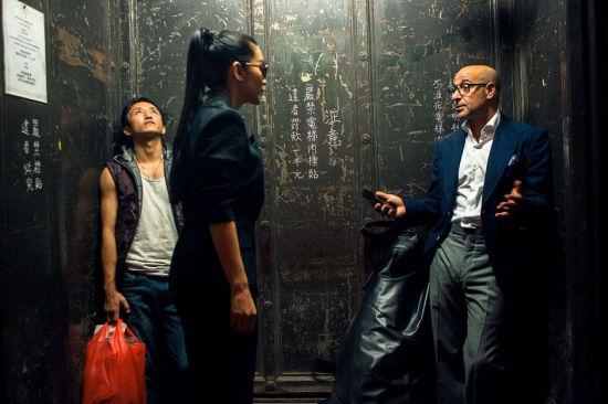邹市明(左)客串电梯戏