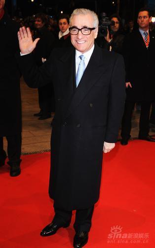 图文:第58届柏林电影节红毯--导演马丁挥手致意