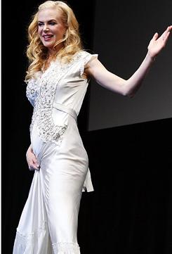 组图:妮可日本宣传着真丝晚裙展示凸起小腹