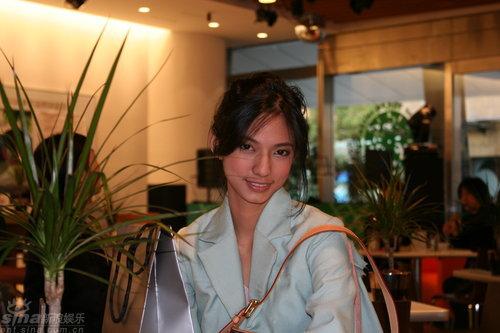 组图:竞赛片《树下》发布会女主角笑容甜美