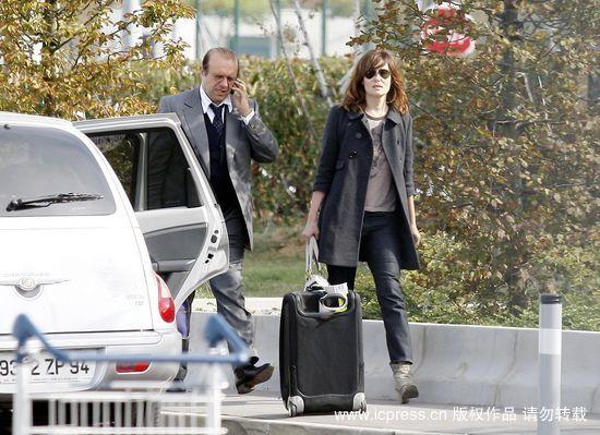 波兰斯基妻子和律师现身戴高乐机场(组图)