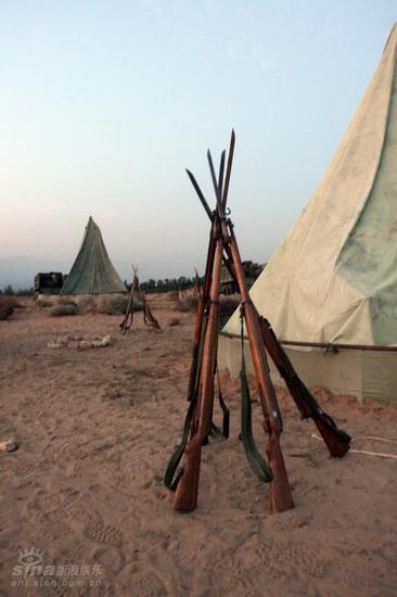 图文:《木乃伊3》河北片场--枪支立在帐篷旁