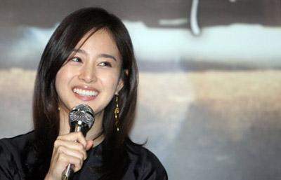 组图:韩星金泰熙出席《打架》记者会笑颜如花