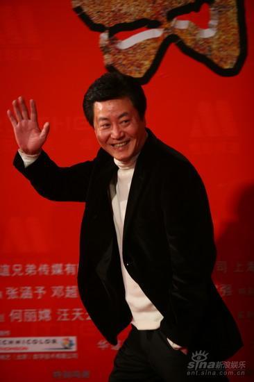 图文:《集结号》首映红毯赵宝刚向影迷挥手