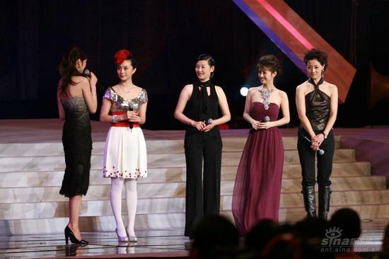 图文:《集结号》首映现场吴佩慈对抗内地美女