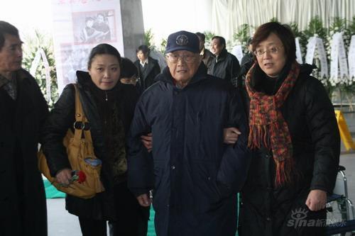 图文:孙道临遗体告别仪式前上影厂厂长徐桑楚
