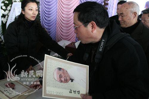 图文:孙道临追悼会举行--群众领取纪念册