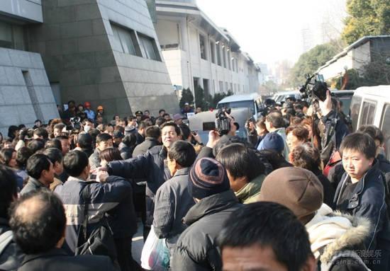 图文:孙道临遗体告别仪式殡仪馆门前人群拥挤