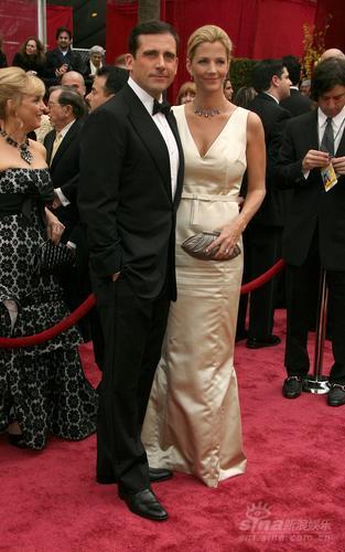 图文:男星史蒂夫-卡瑞尔与爱妻亲密亮相红毯