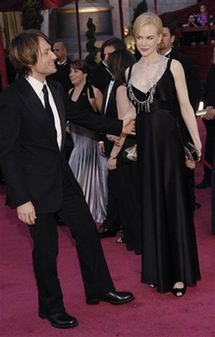 图文:妮可-基德曼与老公凯斯-厄本甜蜜亮相