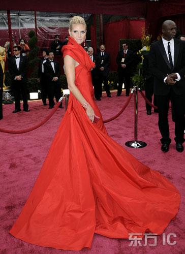 图文:名模海蒂-克鲁姆着娇艳红裙亮相红毯