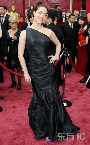 图文:奥莉薇-瑟尔比黑色斜肩鱼尾礼服亮相红毯