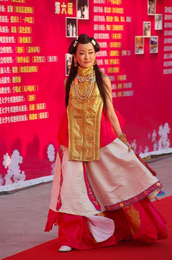 图文:大学生电影节红毯--萨顶顶民旅服饰抢眼