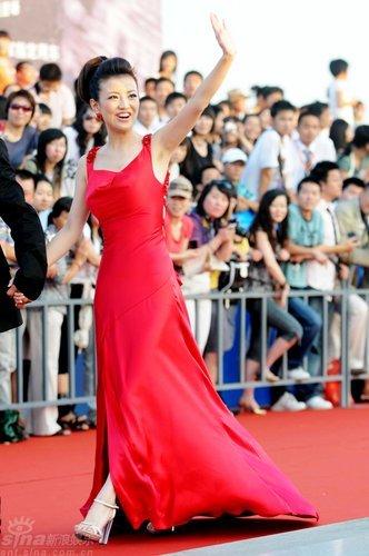 图文:主持人经纬红色晚礼服与红毯交相辉映