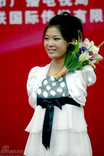 图文:雷庆瑶夺奖鲜花映衬面容沉静尽显大气