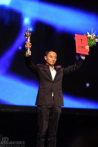 图文:张涵予双臂做胜利手势高举奖杯证书