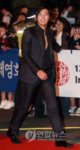 图文:釜山电影节闭幕玄彬走红毯英武帅气