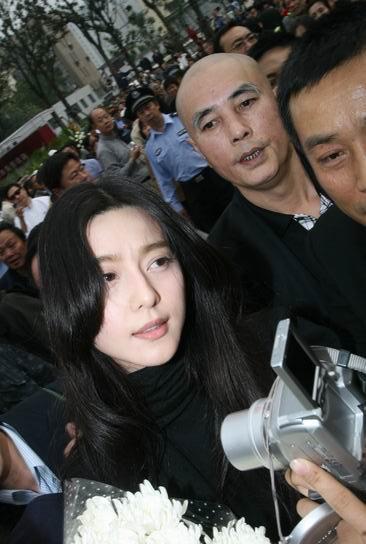 图文:谢晋追悼会上海举行--市民争拍范冰冰