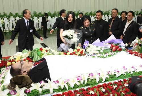 图文:谢晋追悼会范冰冰向谢晋献花泣不成声