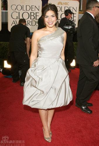 图文:金球奖红毯--《丑女贝蒂》主演亚美莉卡