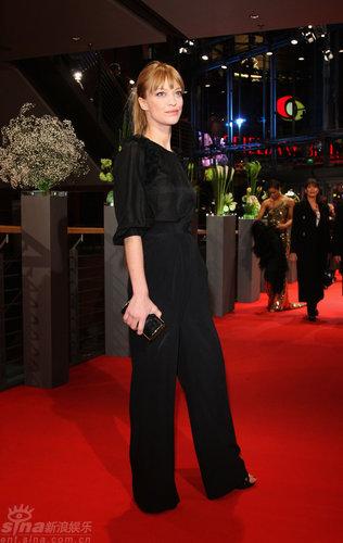 图文:柏林电影节红毯--玛卡琪着时尚套装干练迷人