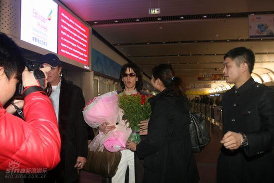 图文:苏菲-玛索现身北京--热情影迷献花