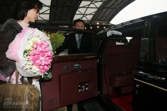 图文:苏菲-玛索现身北京--玛索准备登车离去