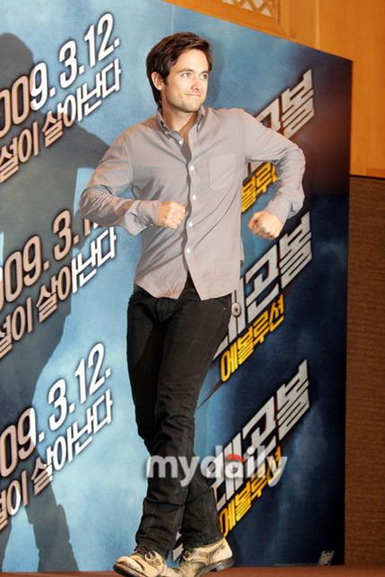 图文:《龙珠》韩国记者会--贾斯汀台上热身