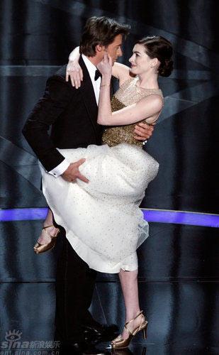 图文:奥斯卡红毯--安妮海瑟薇与休杰克曼共舞