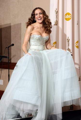 图文:奥斯卡后台--莎拉-杰西卡-帕克手捧白裙