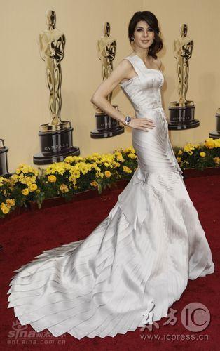 图文:奥斯卡红毯--玛丽莎-托抹胸礼服亮相